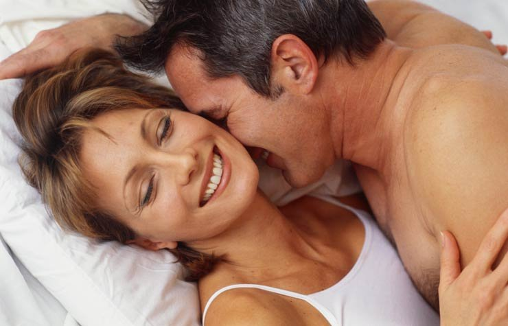 Pareja acostada en la cama - Tome este test para saber que tan experto es usted sobre el sexo después de los 50?