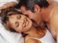 Pareja acostada en la cama- Tome este test para saber que tan experto es usted sobre el sexo después de los 50?