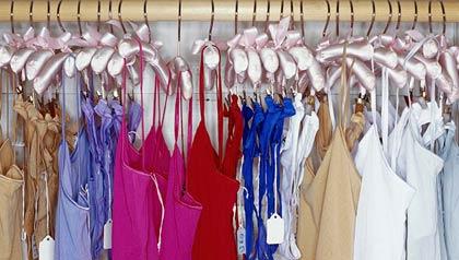 Ropa intima de mujer que cuelga en un estante - Guía para comprar ropa interior de mujer