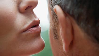 Mujer susurrándole al oido a un hombre - ¿Qué es lo normal en el sexo?