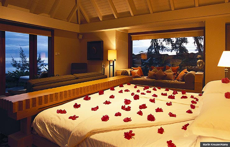 Flower-covered bed, how to plan romantic getaways