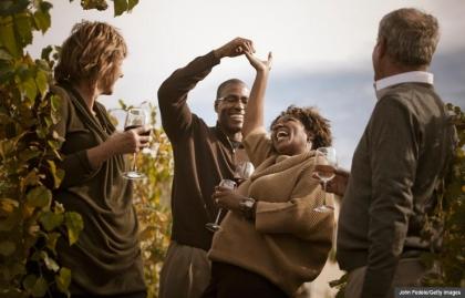 Amigos tomando vino en un viñedo - Noche de sorpresas para parejas que caen en la rutina