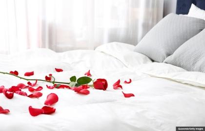 Cama con pétalos de rosa. Seis estrategias sensuales.
