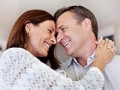 Una pareja madura abrazándose en casa, el medicamento más popular para ayudar a la erección no es Viagra es Cialis.