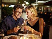 Pareja en una cena romántica - Artículo sobre los  rituales románticos por Pepper Schwartz