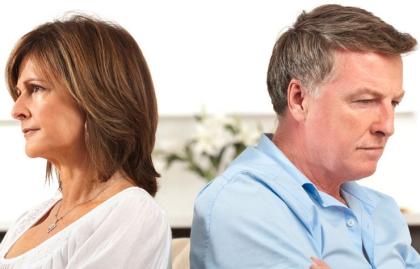 Pareja mirando cada uno para su lado - Divorcio en la generación Boomer está en auge