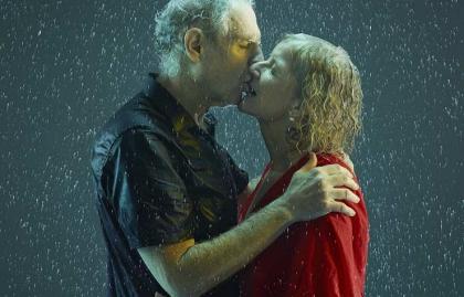 Pareja besándose bajo la lluvia - Cómo besarse sensualmente
