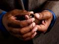 Manos de hombre con un anillo de matrimonio en sus manos - Discusiones sobre las relaciones monogamas