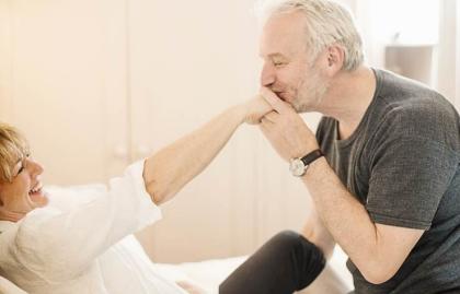 Hombre besando la mano de su mujer - Cómo el sexo cambia para los hombres después de los 50