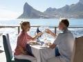 Pareja brindando - 3 maneras de revivir el romance con un viaje
