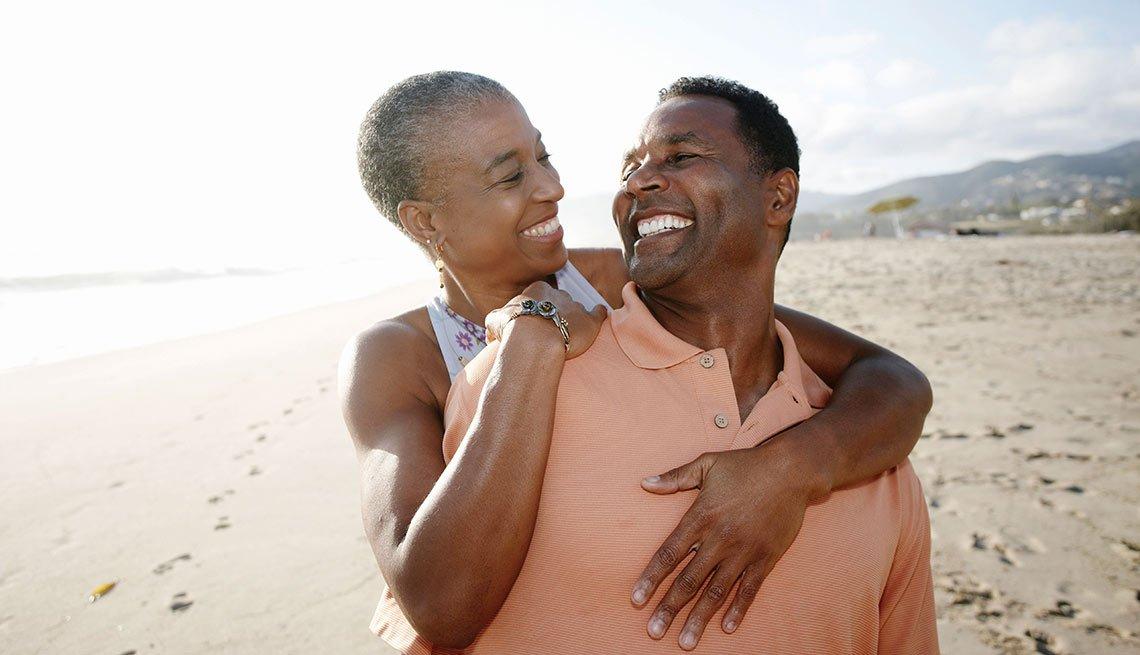 Pareja sonriente en la playa - Consejos y estrategias para las parejas