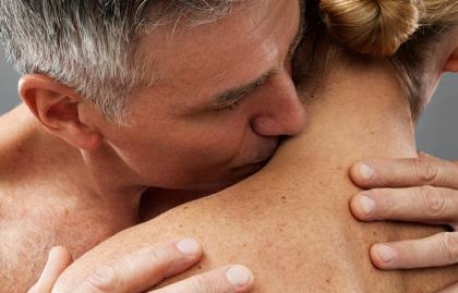 Hombre besando a una mujer - Cómo mantener viva la pasión después de los 50