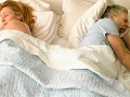 Pareja durmiendo en la cama - Inercia sexual