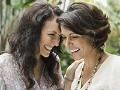 Qué deberías ponerte después de los 50 - Dos mujeres sonriendo