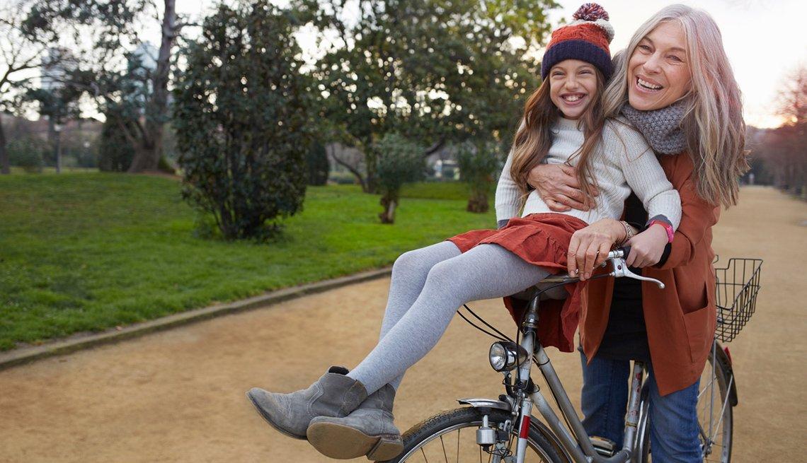 Cosas que puedes aprender de tu divorcio - Mujer en bicicleta con su hija
