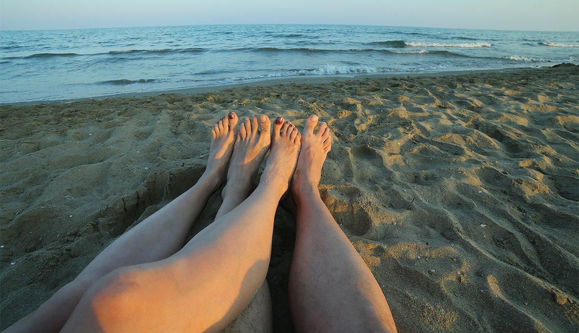Maneras de salvar o sabotear tu matrimonio - Dos personas divisan el horizonte desde la playa