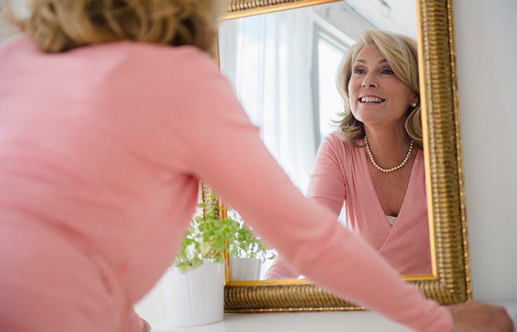 Mujer viendose en el espejo - 7 estrategias para no sentirse invisible a partir de los 50