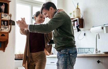 Pareja bailando - 7 ventajas de estar en pareja con una mujer madura