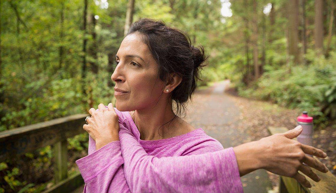 Mujer hace ejercicio - Afrontar los primeros achaques propios de la edad
