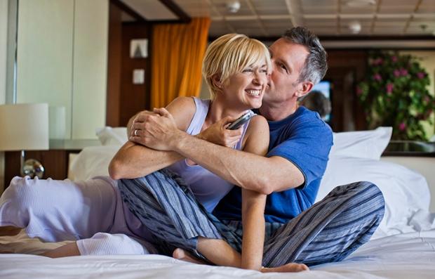 Cómo mantener viva la llama en tu vida amorosa - Un hombre abraza a una mujer