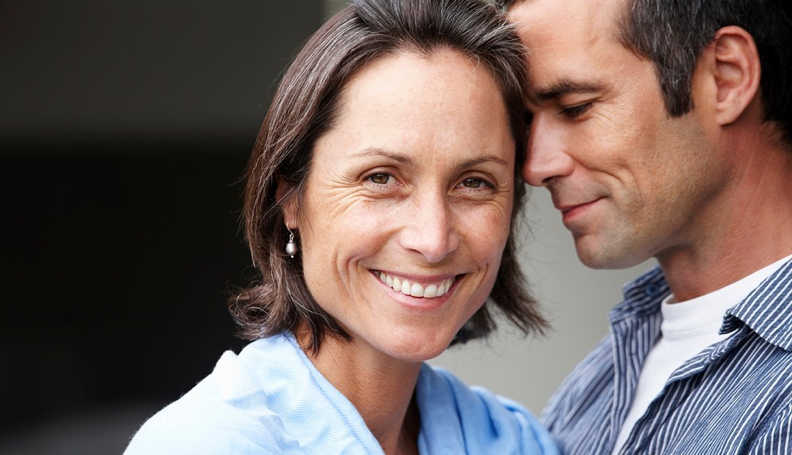 Retrato de pareja abrazándose - El mejor sexo de tu vida después de los 50