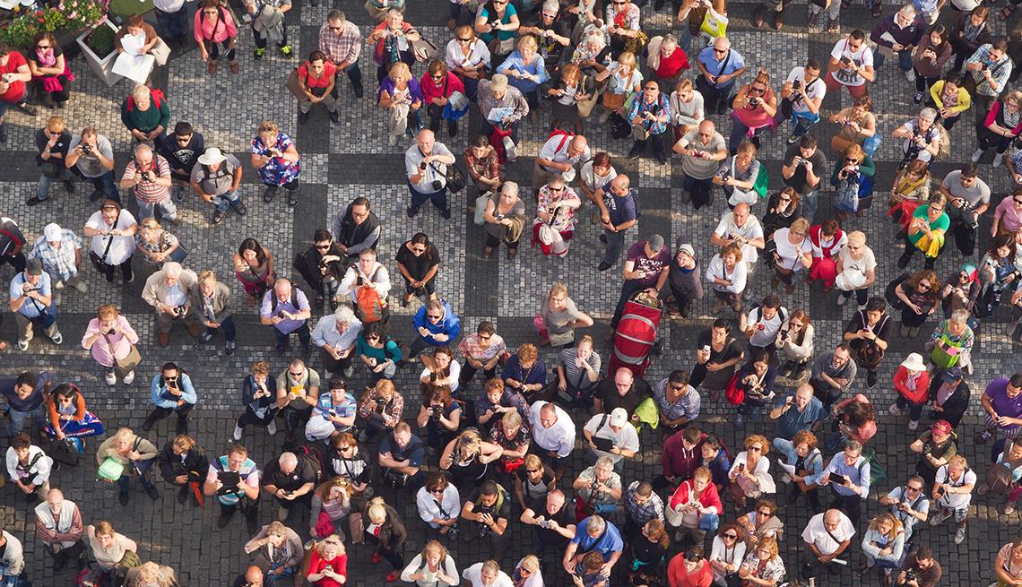 Multitud de personas en una plaza