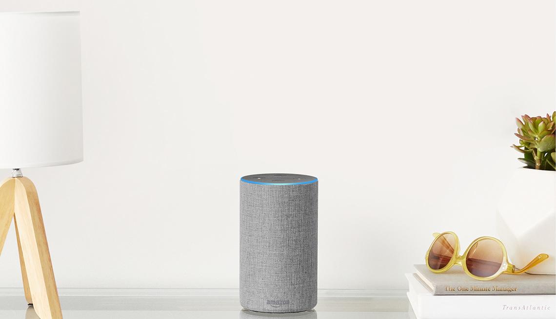 Asistente de voz Amazon Echo de color gris.