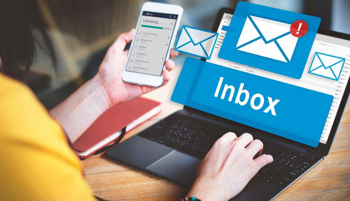 Una mujer revisa su correo electrónico.