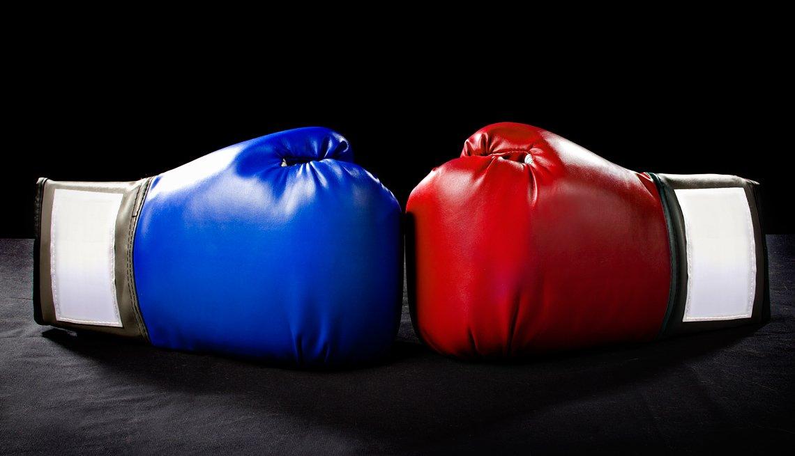 Guantes de boxeo de color rojo y azul.