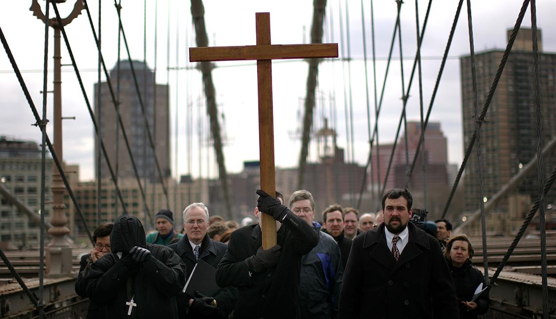 item 12 of Gallery image - Way of the Cross, Brooklyn Bridge, Semana Santa, una tradición de fe