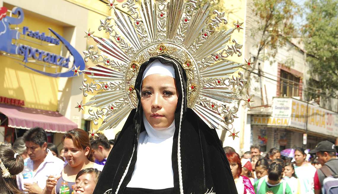 Woman in Headress, Semana Santa, una tradición de fe