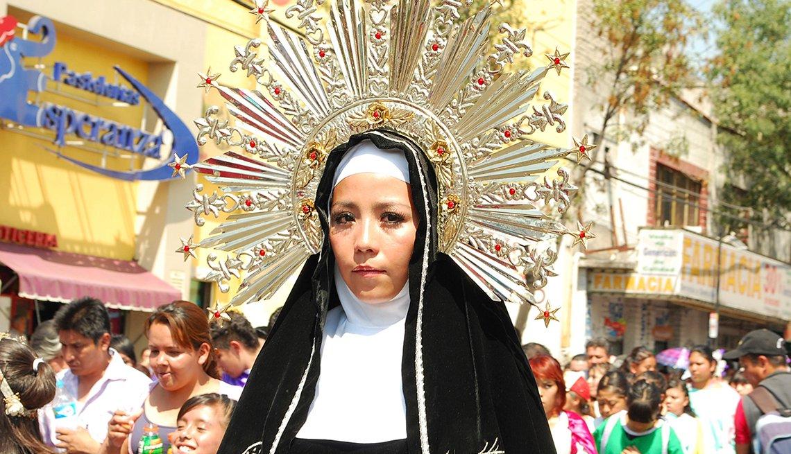 Woman in Headress, Semana Santa, una tradición de fe