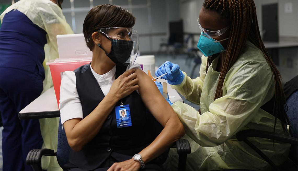 woman gets COVID-29 vaccine