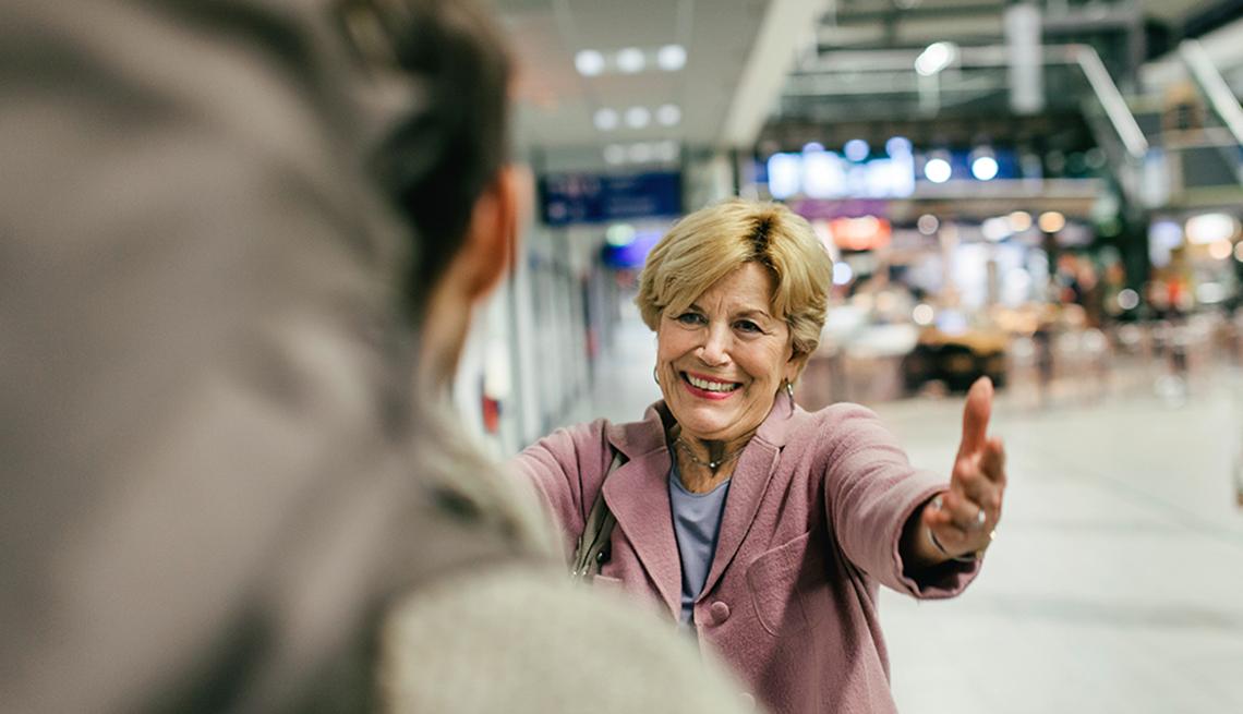Abuela recibe a su nieto en el aeropuerto