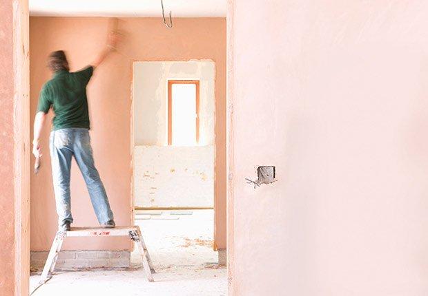 Productos peligrosos en el hogar - Hombre parado en taburete