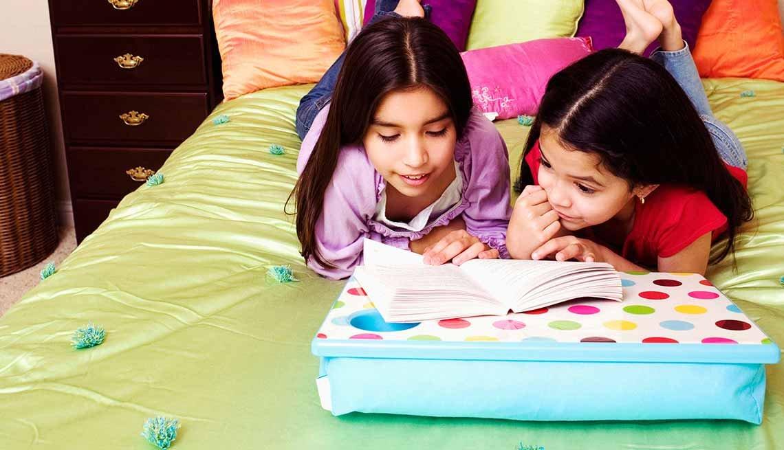 Escritorio para posar sobre las piernas - Tendencias para decorar el cuarto de tus nietos