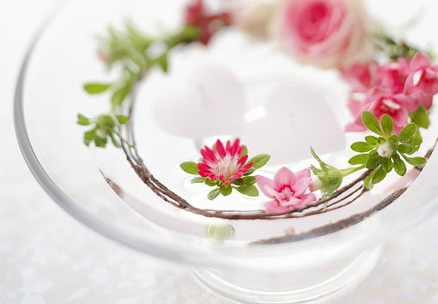 Decoración que hará cualquier boda inolvidable - Flores flotantes en un plato con agua