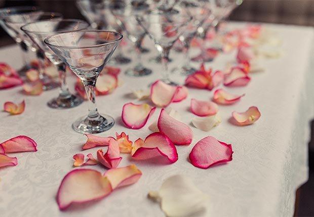 Decoración que hará cualquier boda inolvidable - Mesa decorada con pétalos de rosa