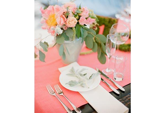 Decoración que hará cualquier boda inolvidable - Runner para la mesa color coral
