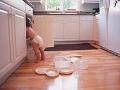 Bebé abriendo una gabeta de la cocina - Cómo crear una casa a prueba de niños
