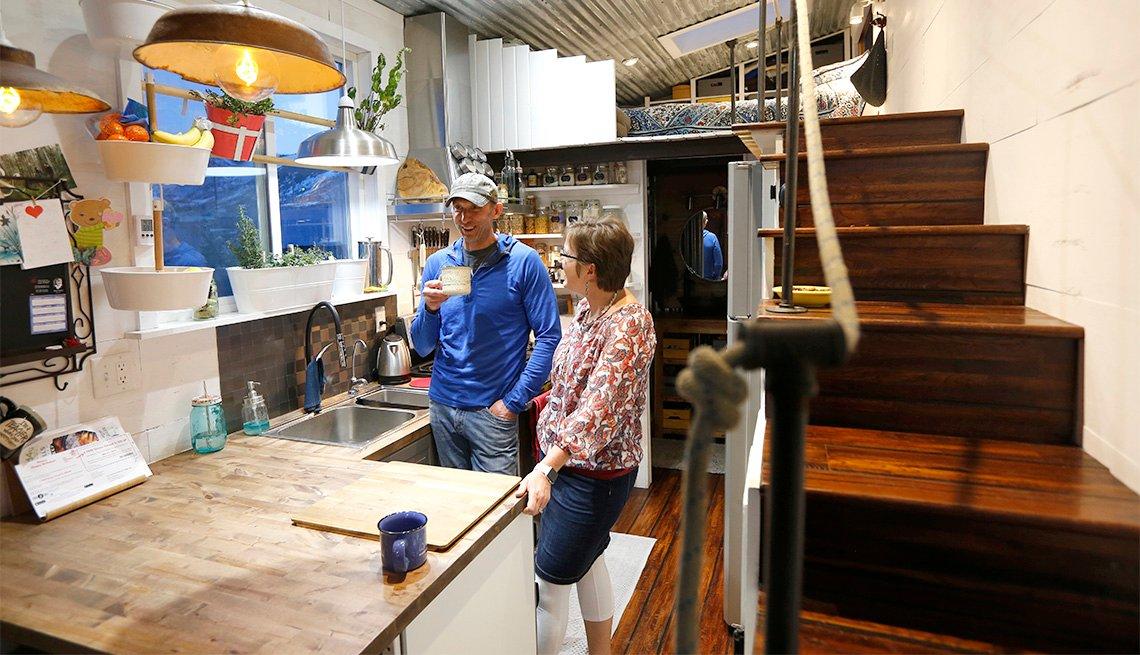 Marty y Stacey Mittelstadt están parados en la cocina de su micro casa