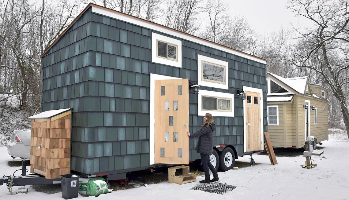 Abby Hobson junto una micro casa en Elizabethtown, Pensilvania.