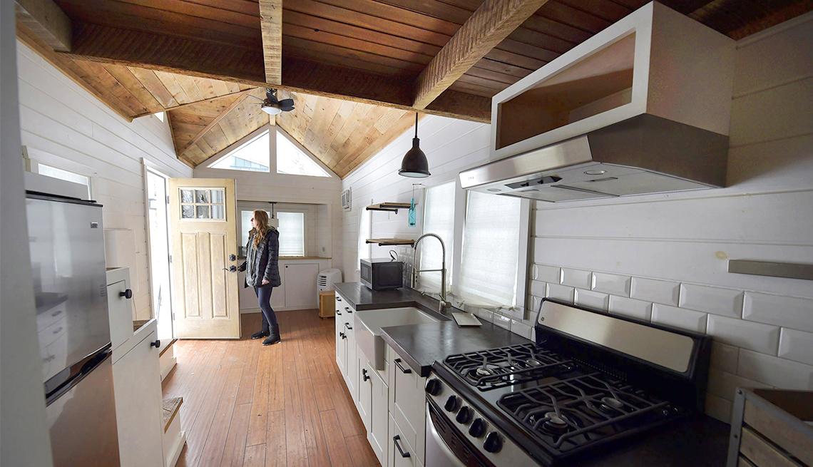 Abby Hobson parada dentro de una micro casa, cerca de Elizabethtown, Pensilvania.