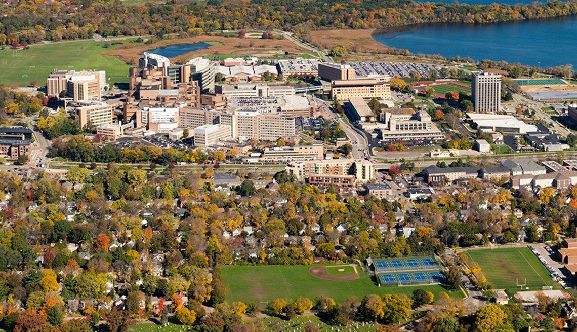 Una vista aérea de Madison, Wisconsin, el complejo UW Hospital y VA Hospital, rodeados por el Lago Mendota.