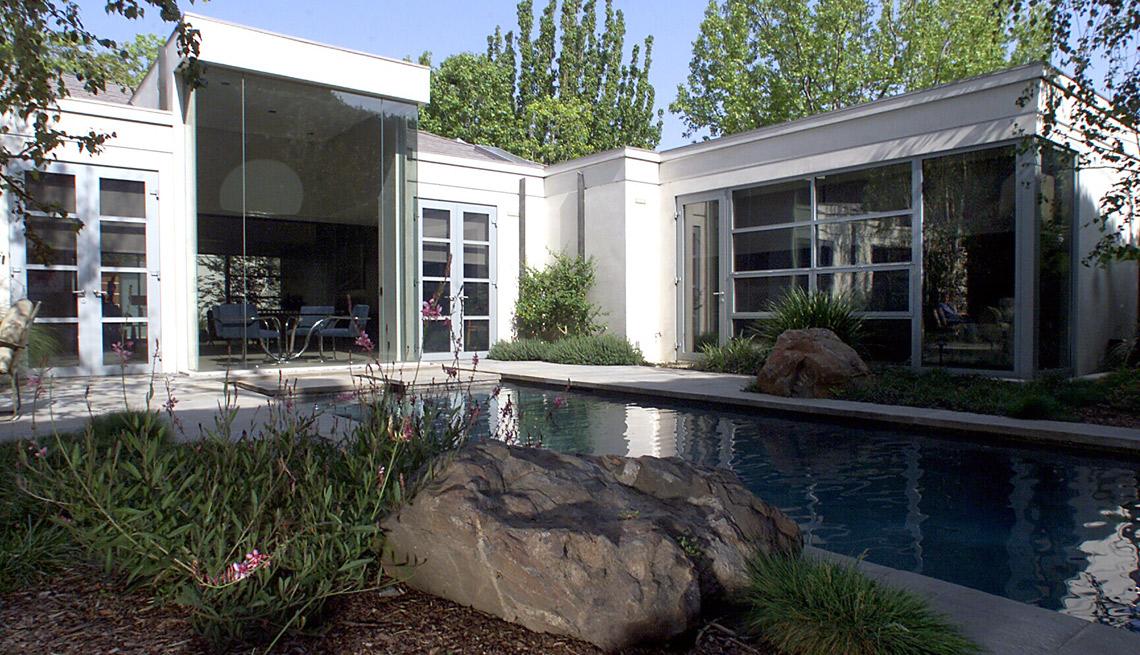 Jardin zen en un entorno urbano, en el patio de una casa.