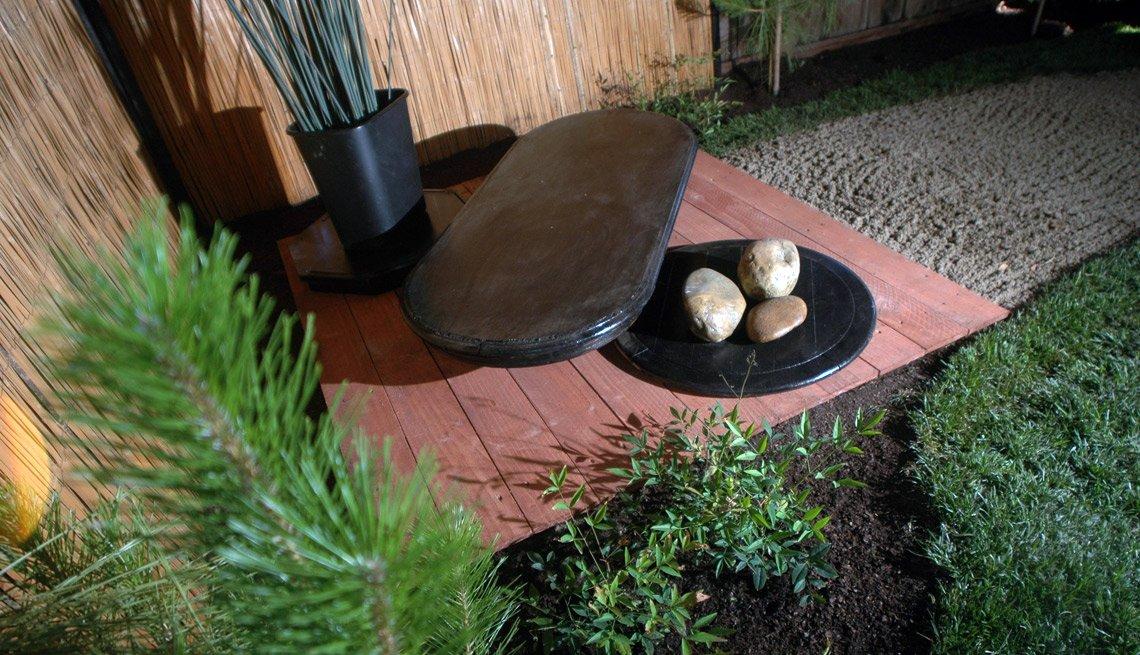 Jardín Zen con rocas en la esquina del patio de una casa.