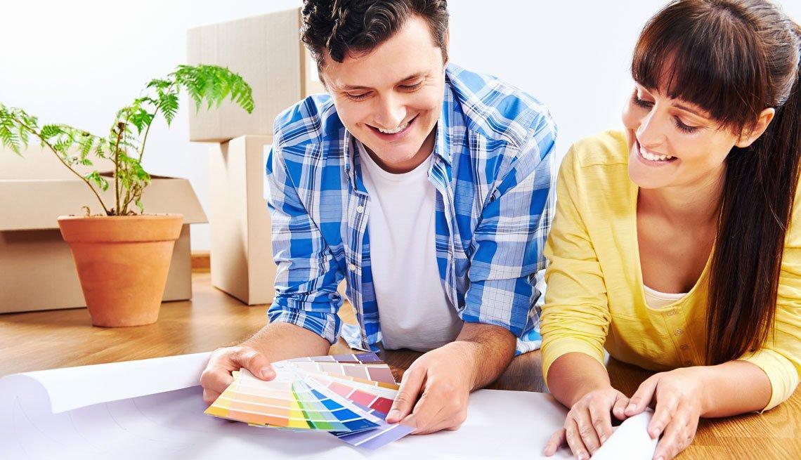 Una pareja selecciona el color para pintar su casa.