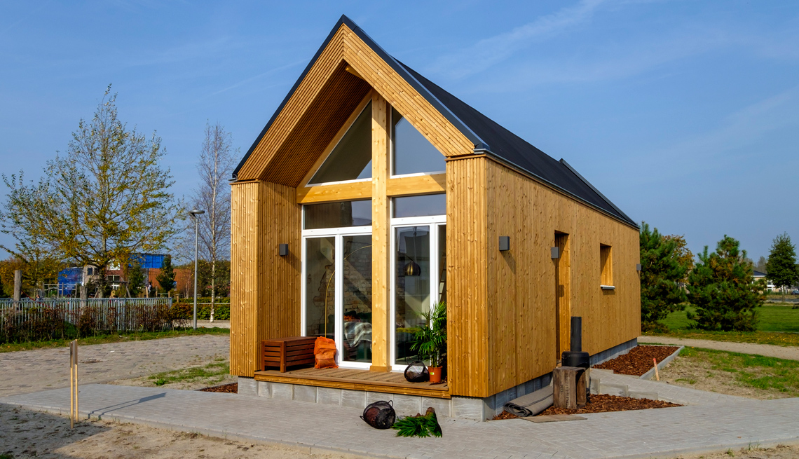 Imagen de una casa miniatura hecha en madera.