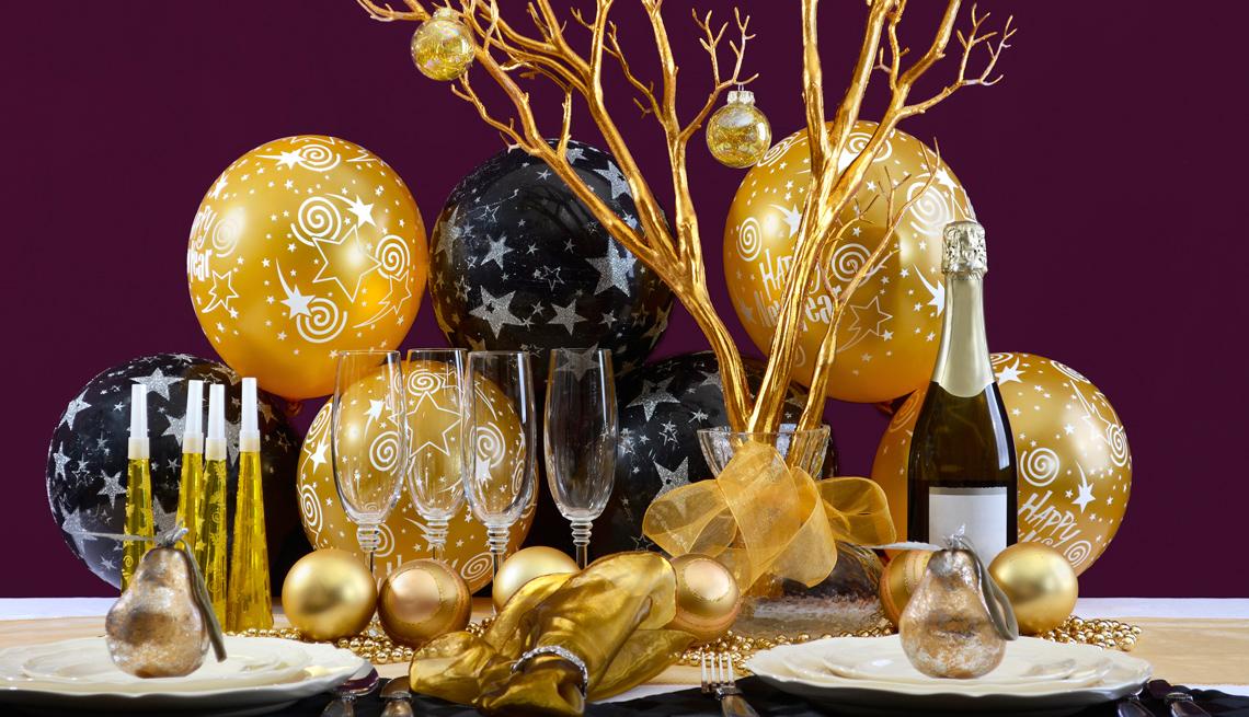 Mesa decorada para la cena de Año Nuevo.