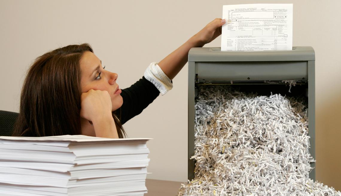 Mujer triturando documentos